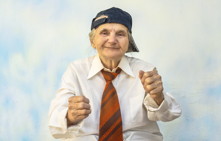 pelea: Anciana divertido apoyar algo. Enfoque selectivo