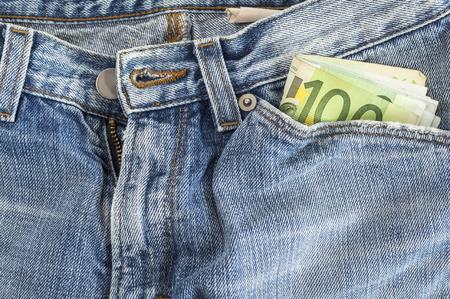 money pocket: Dinero de bolsillo en jeans azul - Nota de cien euros. enfoque selectivo Foto de archivo