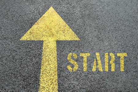 아스팔트 도로에 시작 단어 노란색 앞으로도 표지판. 비즈니스 개념입니다.