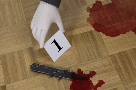 Crime scene investigation, evidence markers on wooden flor with knife and blood. Murder, kill and forensic evidence concept Foto de archivo - 98426622