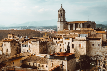 Cityscape, view of Girona, Catalonia, Spain. The Girona Cathedral, also known as the Cathedral of Saint Mary of Girona is a Roman Catholic church. Banque d'images - 121836655