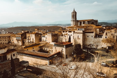 Cityscape, view of Girona, Catalonia, Spain. The Girona Cathedral, also known as the Cathedral of Saint Mary of Girona is a Roman Catholic church. Banque d'images - 121836735