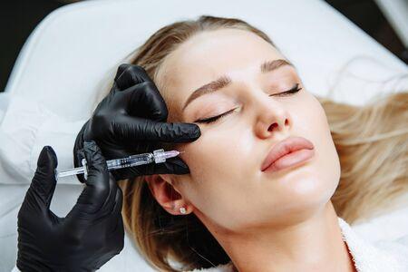 Mujer joven, recibiendo, cirugía plástica, inyección, en, ella, cara, primer plano