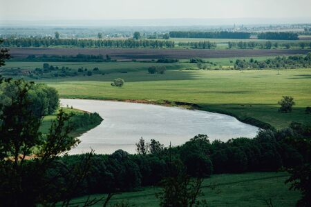 Beautiful summer landscape in Bashkiria. view of the White River from the shore, surrounded by forests on a sunny day with a cloudy sky Stockfoto