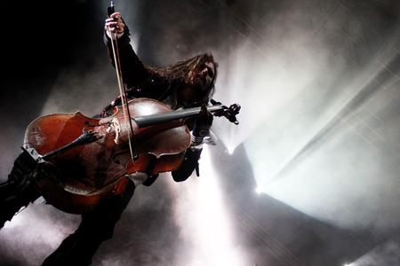 sfondo luci: Foto del concerto di uomo che suona il violoncello con le luci di sfondo