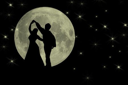Silhouette of two people dancing in the moonlight Banque d'images