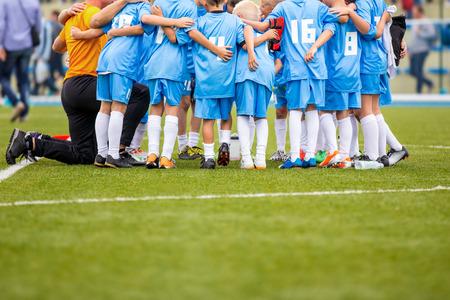 Voetbalwedstrijd voor kinderen. schreeuw team, voetbal spel. teamwerk
