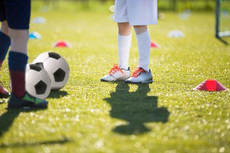 balones deportivos: niños jugando partido de fútbol de fútbol