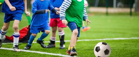 Jungen kicking Fußball-Fußballspiel Lizenzfreie Bilder