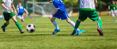 Fußball-Spieler mit Ball läuft Lizenzfreie Bilder