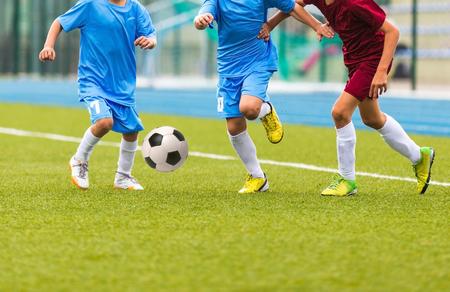 Voetbalwedstrijd voor kinderen. Trainings- en voetbalvoetbaltoernooi