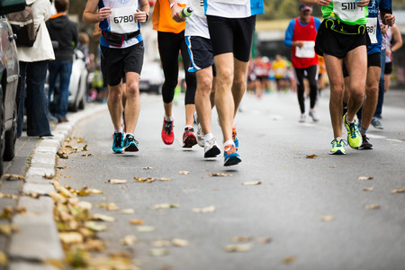corriendo: Maratón de carrera a pie, la gente los pies en el camino del otoño Foto de archivo