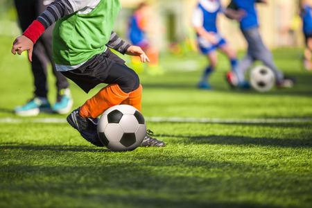 futbol soccer: entrenamiento de fútbol para niños Foto de archivo