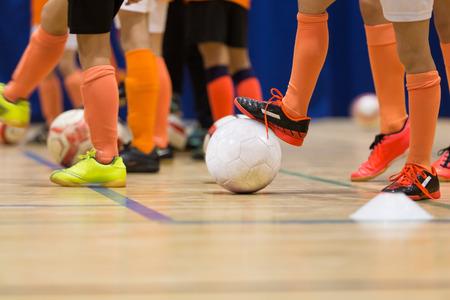 kinderen spelen voetbal futsal in de sporthal