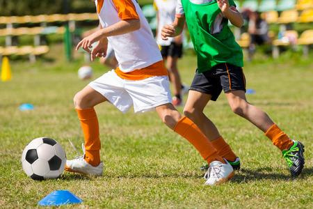 jugar: Partido de fútbol de fútbol para los niños. niños jugando torneo de juego de fútbol Foto de archivo