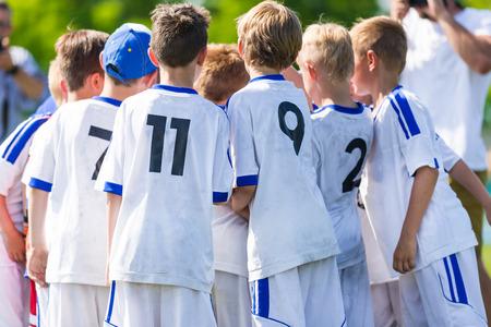 terrain de handball: Football; football; le handball; volley; correspondre pour les enfants. équipe de cri, match de football de football. travail d'équipe