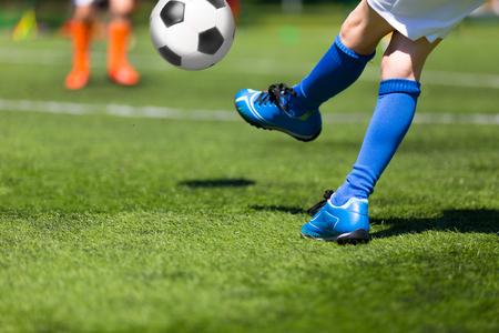 niño escuela: Partido de fútbol de fútbol para niños