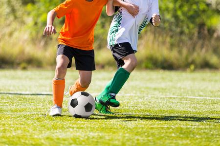 Voetbal voetbalwedstrijd. Spelers voetballers rennen en spelen voetbalwedstrijd