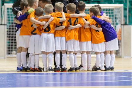 Zaalvoetbal voetbalwedstrijd voor kinderen. Kids jongens beginnen te spelen Stockfoto