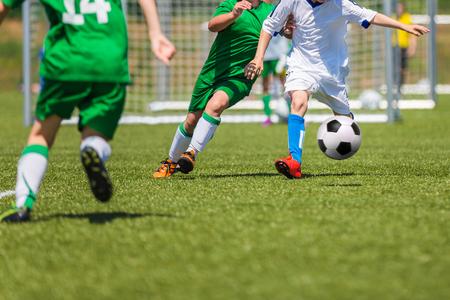 Fußball-Fußballspiel für Kinder. Ausbildung und Fußball Fußballturnier. Jungen spielen Fußballspiel. Lizenzfreie Bilder