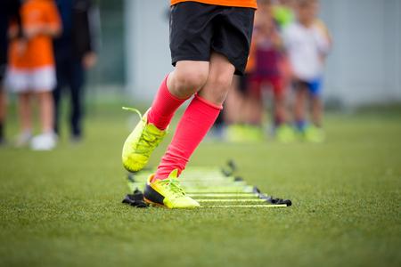 Ejercicios de escalera Ejercicios para el equipo de fútbol del fútbol. Ejercicios jugador joven en ejercicios de escalera Foto de archivo