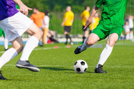 voetbal spel. de concurrentie tussen de twee lopende spelers Stockfoto