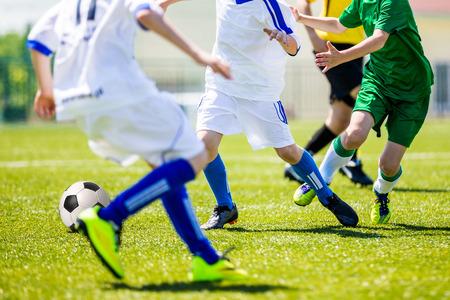 campamento: torneo de fútbol de fútbol para los equipos juveniles. Fútbol campo de entrenamiento de fútbol para los niños, los niños. Foto de archivo