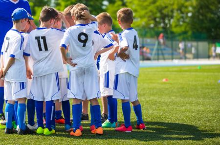 コーチ若いサッカー チームへの指示を与えること。決勝戦の前に青少年サッカー チーム。フットボール;サッカー;ハンドボール。バレーボール;子供