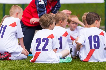 Coach geeft kinderen voetbalteam instructies. Voetbal; voetbal; handbal; volleybal; overeenkomen voor kinderen. schreeuw team, voetbal spel. teamwerk Stockfoto