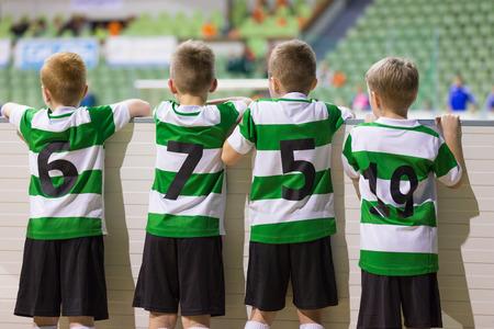 Jugend-Sport-Fußball-Team-Player unterstützen Mitspieler auf dem Sportschulwettbewerb Lizenzfreie Bilder
