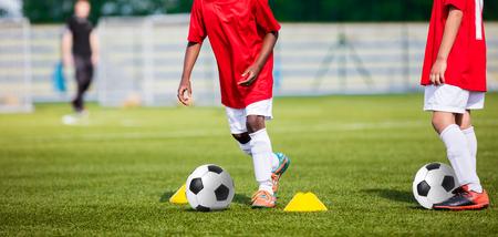 jugadores de futbol: Entrenamiento del fútbol de los niños. Entrenamiento de fútbol de fútbol para niños