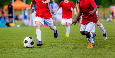 Jongens spelen voetbal wedstrijd. wedstrijdsport.