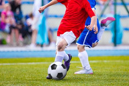 streichholz: Kinder spielen Fußball-Fußball-Spiel. Sport Fußball-Turnier für Jugendmannschaften.