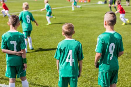 cancha de futbol: equipo de fútbol juvenil. niños pequeños jugando al fútbol.