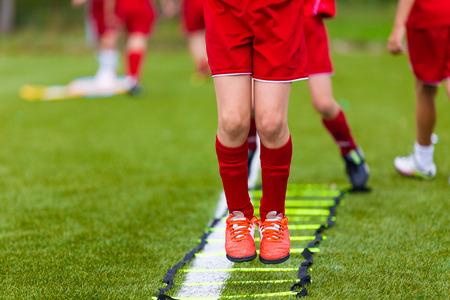Ladder Boren Oefeningen voor Football Soccer team. Jonge spelers oefeningen op de Ladder Boren. Voetbal Jeugd Training