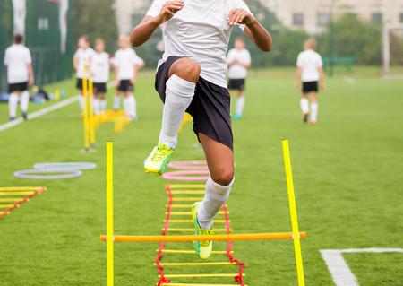 Boy fotbalista v tréninku. Mladí fotbalisté na tréninku