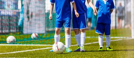 futbol infantil: Entrenamiento de fútbol para niños. Sesión de Entrenamiento de fútbol para niños. Juegos de fútbol control del balón. Young Boys en el campo con las bolas