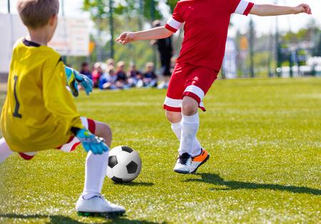 Soccer Doelman Opslaan. Voetbal voetballer met bal uitgevoerd. Voetballer schoppen voetbalwedstrijd op de toonhoogte. Jeugdvoetbaldoelman Jersey. Jong Teenvoetbalspel. Jeugd Sport Achtergrond