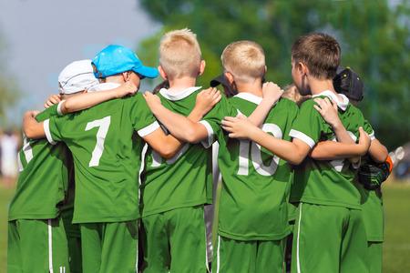 Los niños practican deportes. Deportes Niños equipo United Listo para jugar al juego. Los niños Deporte de equipo. Deportes juvenil para niños. Chicos en uniformes deportivos. Young Boys en deportes del fútbol