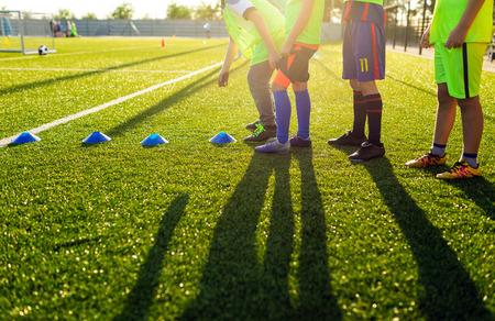 Voetbal voetbal training sessie voor kinderen. Jongens trainen voetbal op de pitch. Voetbalstadion in de achtergrond