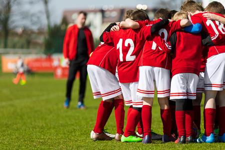 コーチが子供たちのサッカー チームへの指示を与えること。決勝戦の前に青少年サッカー チーム。子供のサッカーの試合。チーム、サッカー サッ