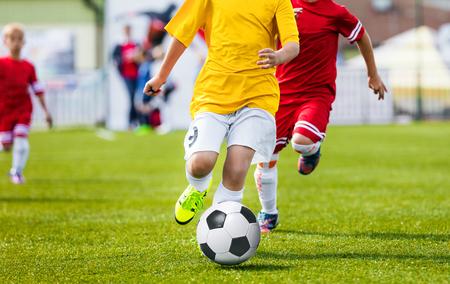 Running Jeugdvoetbal Voetbalspelers. Jongens Kicking Soccer Match. Kinderen Voetbal Spelers Rennen Na De Bal. Kids Sport Duel Stockfoto