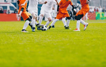 Fond de football avec espace de copie. Joueurs de football donnant un coup de pied au ballon sur le terrain. Compétition de football sur Grass Grass Field. Fond de football sportif