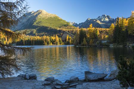 reflexion: Lago de reflexión, Strbske Pleso en la montaña de Altos Tatras, Eslovaquia