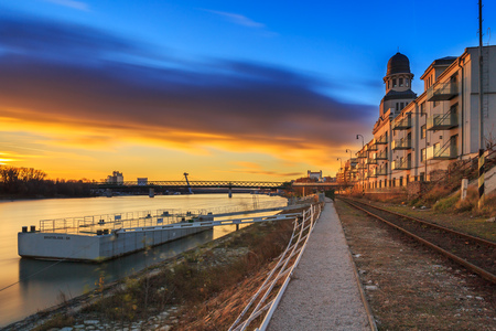View from harbour at sunset, Bratislava castle, business buildings and river Danube, Long exposure, Slovakia 新聞圖片