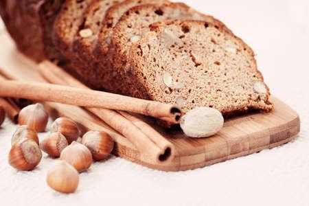 avellanas: tarta casera de pan de jengibre con frutos secos y especias - alimentos dulces