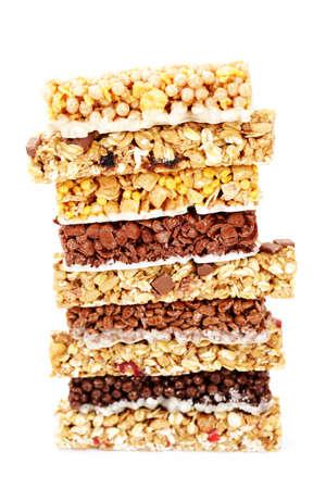 comiendo cereal: barras de granola en el fondo blanco - la dieta y el desayuno