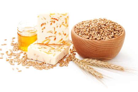 jabon: jab�n de trigo y miel sobre fondo blanco - tratamiento de belleza