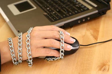 usando computadora: close-ups de rat�n y de la mujer mano - adicci�n  Foto de archivo