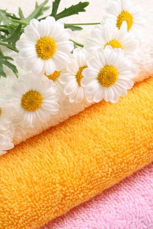 ringelblumen: Stapel Handt�cher und Nizza Ringelblumen - K�rperpflege Lizenzfreie Bilder